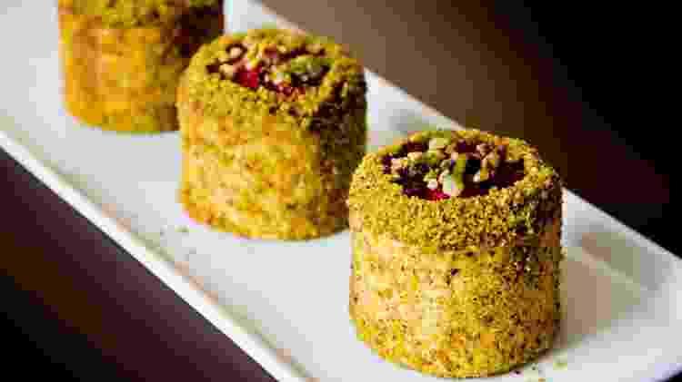 É servida em forma de bolo a mousse de cheesecake de pistache com calda de frutas vermelhas da Confeitaria Dama - Antonio Rodrigues / Divulgação