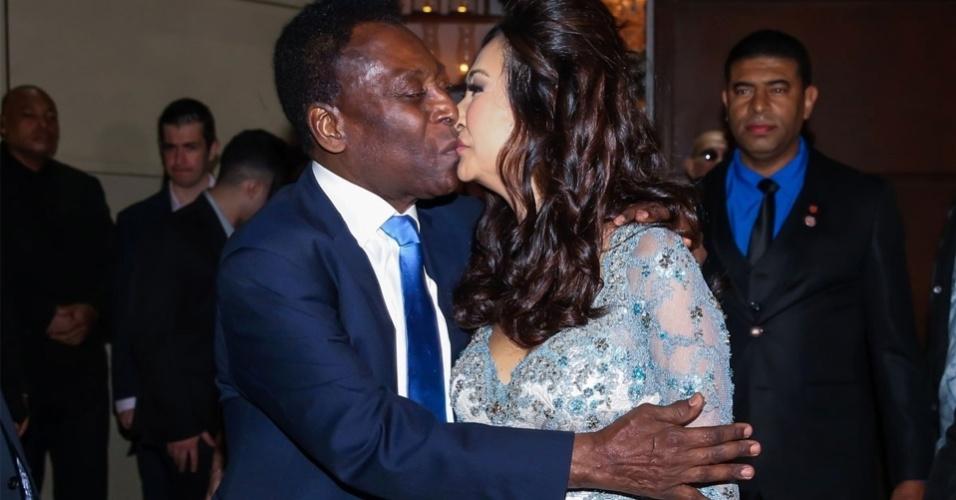 9.jul.2016 - Pelé e Marcia Cibele Aoki posam para fotos no fim da cerimônia, no Guarujá, litoral paulista