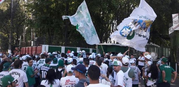 Torcida protesta no CT e põe Libertadores como obrigação no Palmeiras