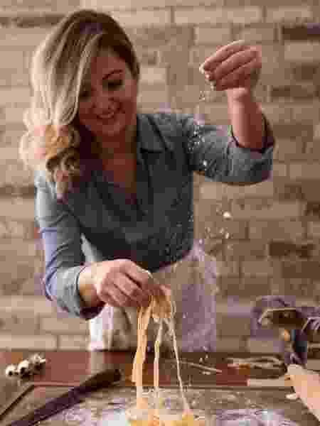 Chef Camila Sobocinski prepara massa fresca - Arquivo pessoal