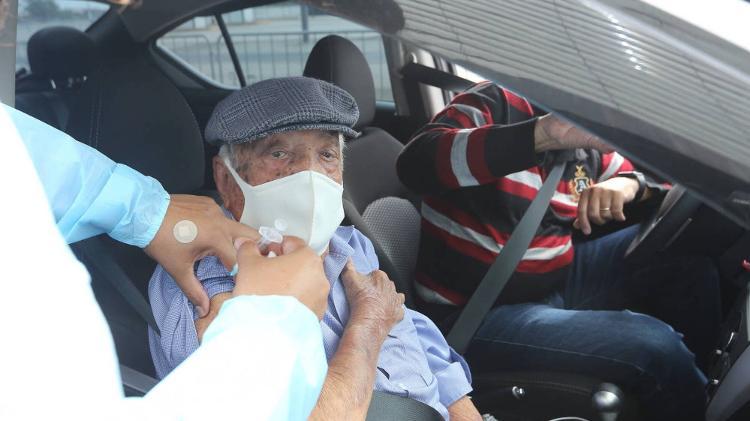 Idoso recebe a primeira dose da vacina contra a covid-19 na Neo Química Arena, em Itaquera - Rivaldo Gomes/Folhapress - Rivaldo Gomes/Folhapress