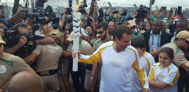 Ago.2016 - Eduardo Paes carrega tocha olímpica no Rio de Janeiro