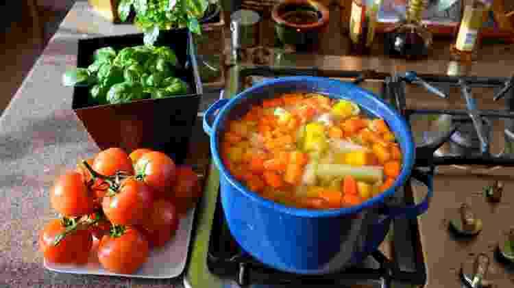 Sopa de legumes, cozinhando legumes, getty - Getty Images - Getty Images