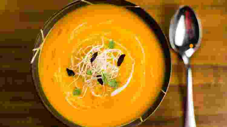 Sopa de cenoura com curry tailandês e leite de coco - Leonardo Soares/UOL