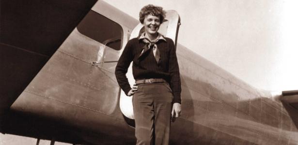Os pesquisadores usaram fotos antigas e roupas da aviadora Amelia Earhart para compará-las com as medidas dos ossos encontrados