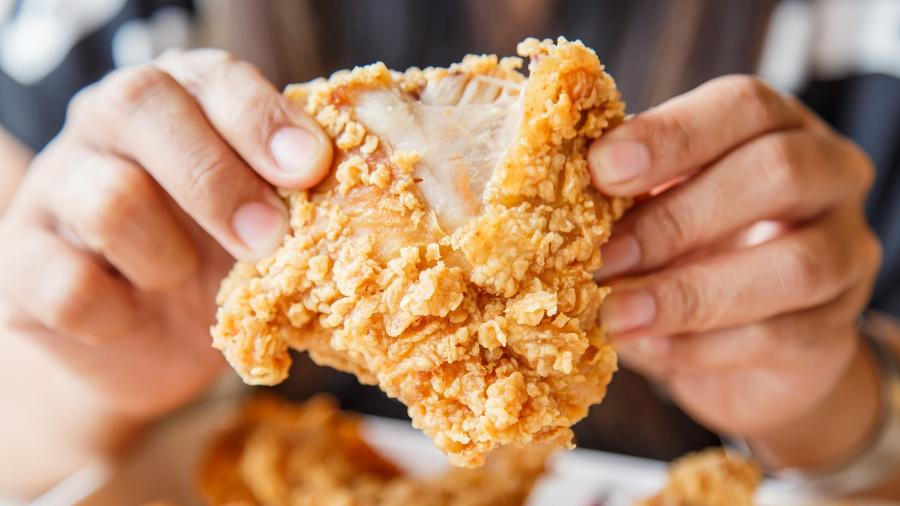Um frango com a crosta crocante e o interior suculento é fácil de fazer - Getty Images/iStockphoto
