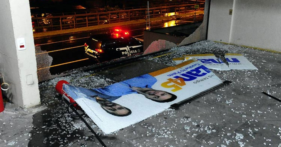 Prédio onde funciona o comitê de campanha do candidato tucano Nelson Marchezan, em Porto Alegre (RS), após ataque