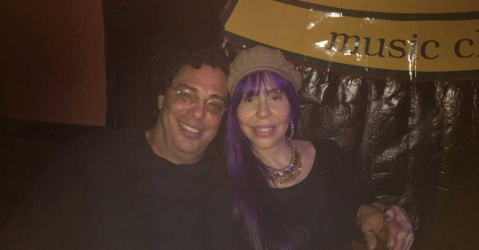 Comentarista Walter Casagrande e cantora Baby do Brasil assistem a show juntos