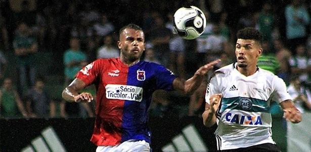 Meia Alex Santana, que estava no Paraná, voltou ao Inter e já foi afastado