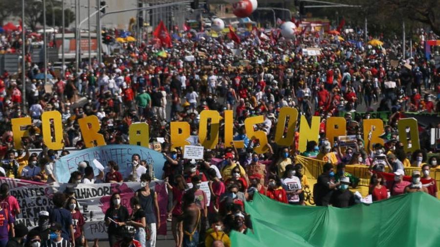 Manifestação em Brasíllia na manhã deste sábado (19) pede a saída do presidente Jair Bolsonaro, critica a condução do governo no enfrentamento da pandemia, ao que se soma uma pauta diversificada, com demandas sociais e econômicas - Pedro Ladeira/Folhapress