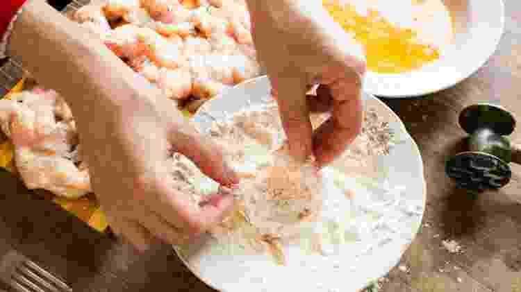 Depois de passar o frango no ovo, existem diferentes misturas para empanar - Getty Images/iStockphoto