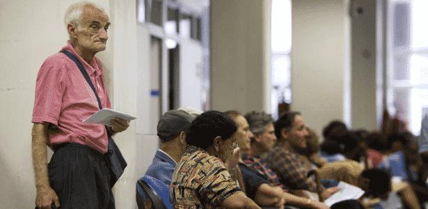 Idoso aguarda na fila do banco para fazer prova de vida do INSS. Foto de 2019 - Lalo de Almeida/ Folha Imagem, COTIDIANO
