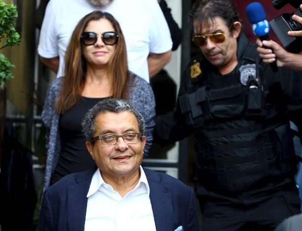 O publicitário João Santana é escoltado pela PF em Curitiba