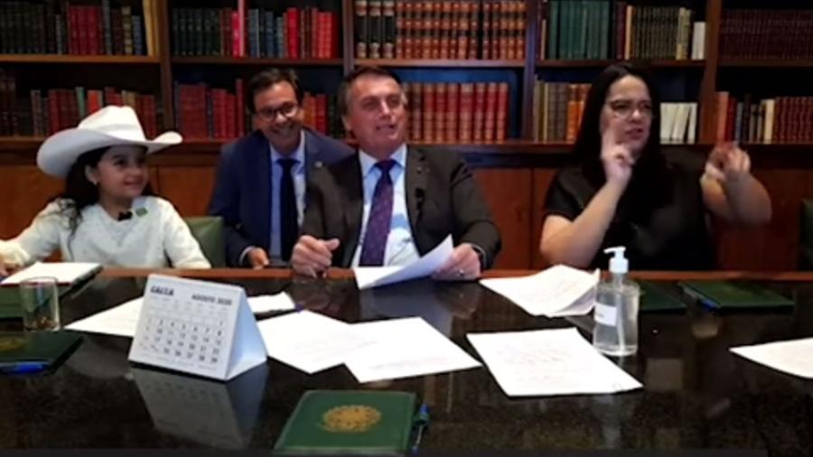 Ao lado de criança, Jair Bolsonaro faz piadas sobre gordo e misoginia - Reprodução/Facebook/Jair Bolsonaro