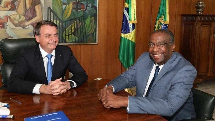 """O ministro Decotell, com Bolsonaro: para militares, dizer que é """"oficial da reserva"""" é """"exibicionismo indevido"""" - Reprodução/Facebook"""