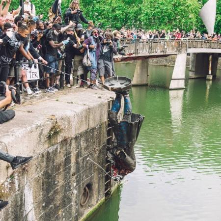Manifestantes jogam estátua de Edward Colston no rio Avon, em Bristol - Giulia Spadafora/NurPhoto/AFP