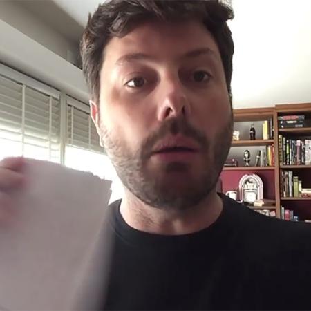 Danilo Gentili ao rasgar notificação de processo da deputada Maria do Rosário, do PT - Reprodução/Facebook