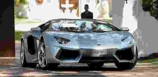 O Lamborghini do senador Collor, avaliada em R$ 3,3 milhões, dirigida por um agente da PF. - Folha/UOL - Folha/UOL