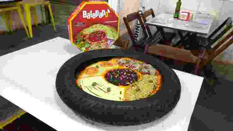 Pizza no pneu - Facebook/pizzariabatepapo - Facebook/pizzariabatepapo