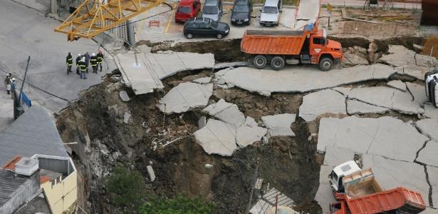 Vista aérea da cratera aberta após desabamento nas obras do metrô em Pinheiros (SP), que matou sete pessoas