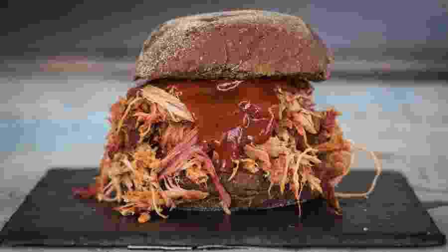 Pulled pork permite várias combinações. A com molho barbecue é certeira - Tricia Vieira/Divulgação