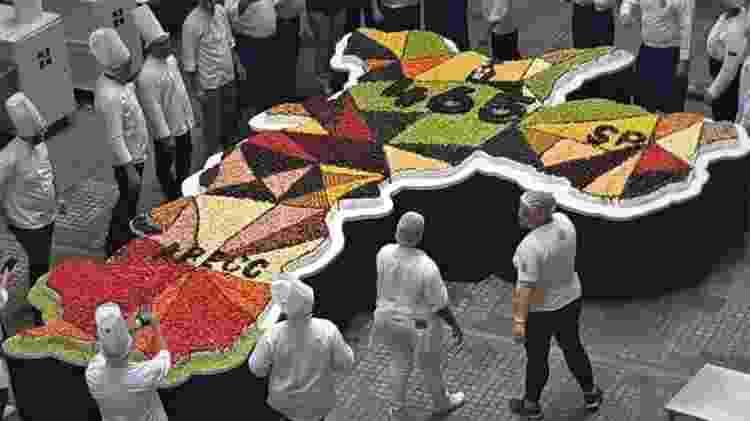 O bolo de 15 metros quadrados feito para celebrar o aniversário do Mercadão - Divulgação