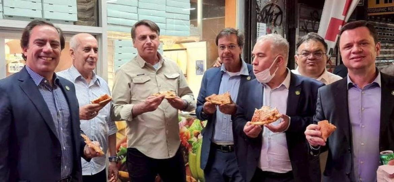 Bolsonaro come pizza com comitiva durante viagem à Nova York, onde participa de Assembleia Geral da ONU - @gilsonmachadoneto no Instagram