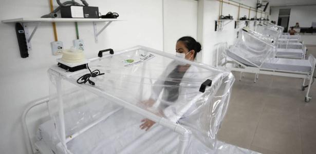 13.abr.2020 - Enfermeira prepara leito de UTI com capsula de proteção em hospital de campanha de Manaus (AM) nesta segunda-feira - Bruno Kelly - 13.abr.2020/ Reuters