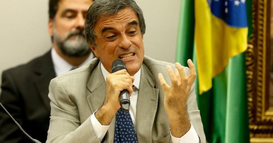 4.abr.2016 - O ministro da AGU (Advocacia Geral da União), José Eduardo Cardozo, fala durante audiência da comissão especial do impeachment, na Câmara dos Deputados