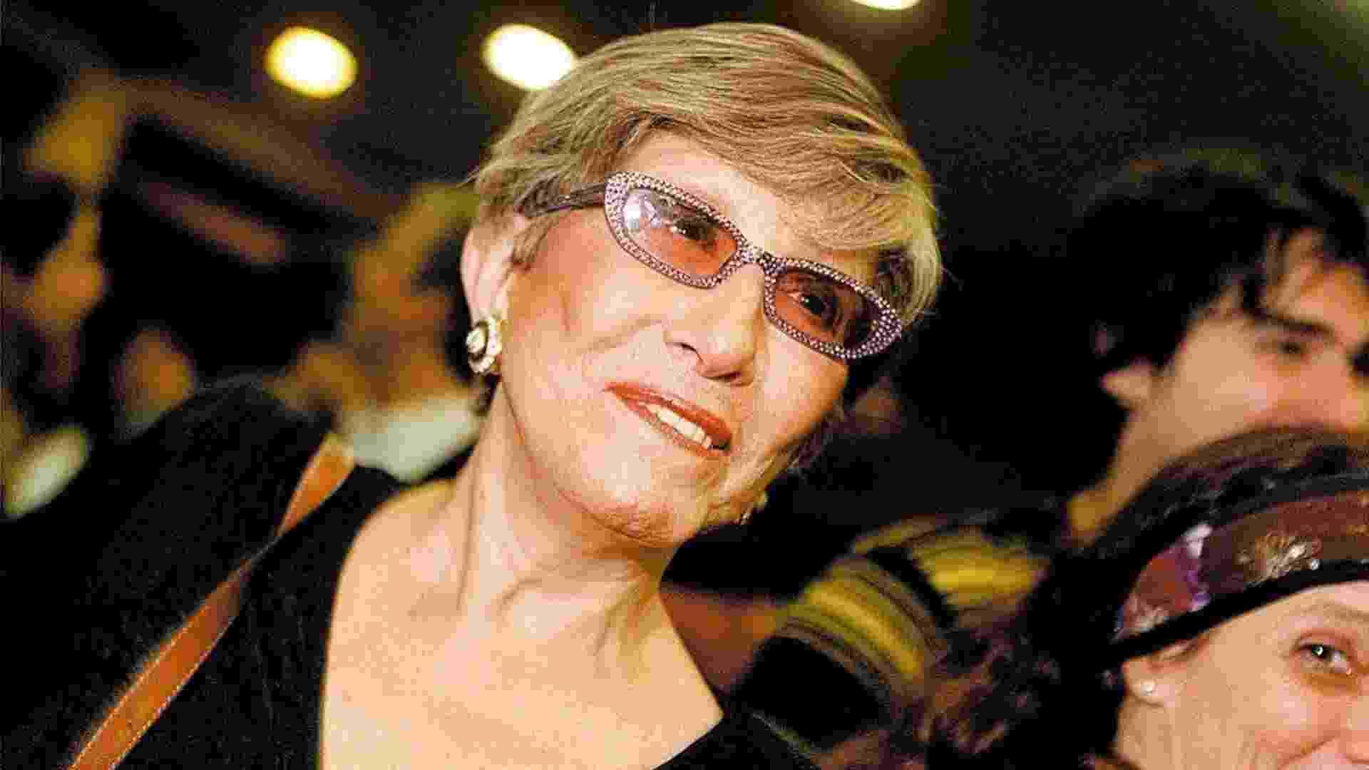 """A atriz Ruth Escobar na apresentação de """"Na Mira do Gordo"""", com Jô Soares, em 2004 - Greg Salibian - 12.jun.2004/Folhapress"""
