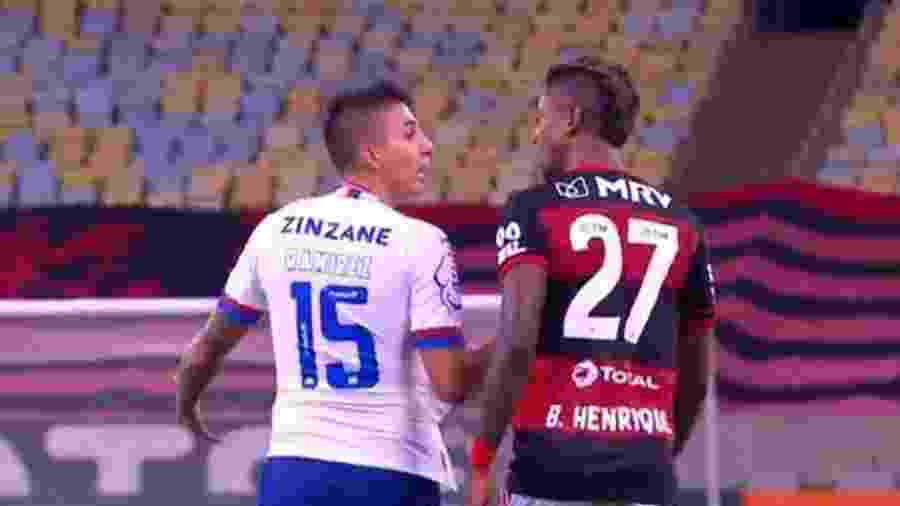 Bruno Henrique, do Flamengo, e Ramírez, do Bahia, discutem - Reprodução / TV Globo