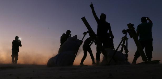 Soldados do Exército de Libertação da Síria combatem nos arredores de Dabiq, na fronteira com a Turquia