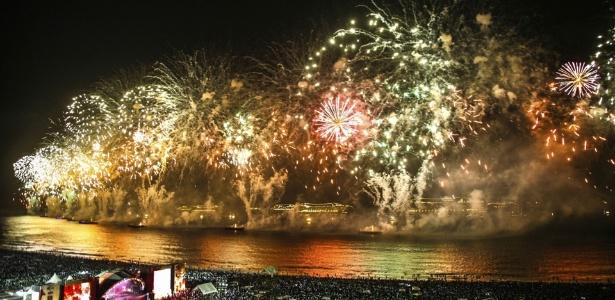 Queima de fogos na passagem de 2016 para 2017: réveillon da praia de Copacabana, no Rio de Janeiro, é uma das maiores festas de fim de ano do mundo