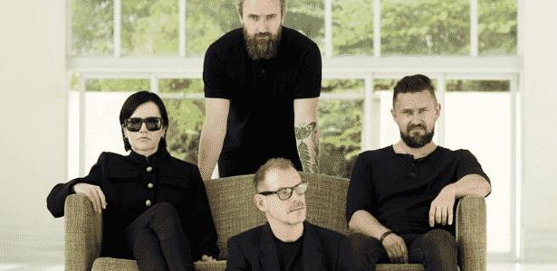 """A banda The Cranberries; sentada, à esquerda, Dolores O""""Riordan - Reprodução/Facebook"""