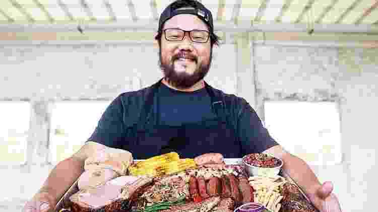 Daniel Lee exibe sua produção churrasqueira. Entre os cortes, o brisket (na frente, ao centro) - Tricia Vieira/Divulgação