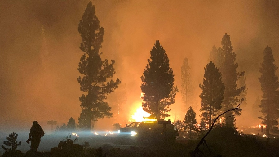 Bombeiro e uma plataforma durante as operações para controlar incêncio no estado do Oregon - Serviço Florestal dos EUA / AFP
