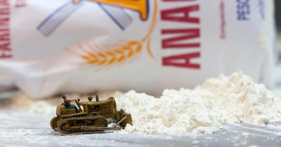 O tratorzinho tem a árdua tarefa de trasnportar farinha, ao invés de areia, nesta imagem do fotógrafo Luis Gutman