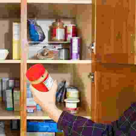 Alimentos que não podem ficar sob exposição solar, como azeite e água mineral, devem ficar nos armários - iStock