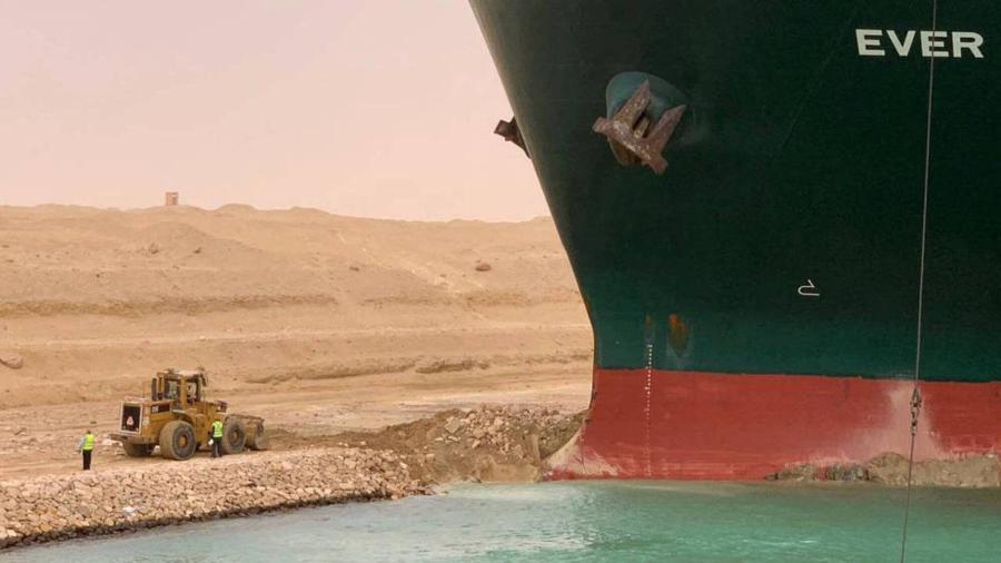 Navio Ever Given encalhado no Canal de Suez depois de ser atingido por ventos fortes - Marina Passos/Autoridade do Canal de Suez - 24.mar.21/AFP