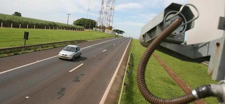 Após denúncias, Dnit breca licitação de R$ 3 bilhões para compra de radares Radar em rodovia perto de Orlândia, no interior de SP - Silva Júnior/Folhapress