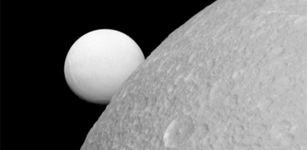 Uma das luas de Saturno, Dione tem oceano sob camada de gelo com chance de abrigar vida