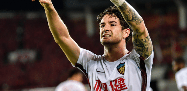 Na mira de São Paulo e Santos, Alexandre Pato tenta liberação do Tianjin Quanjian - STR / AFP
