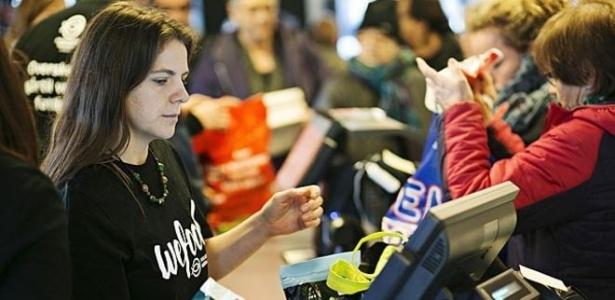 Loja na Dinamarca vende produtos com prazo de validade já vencido mas que ainda são apropriados para o consumo