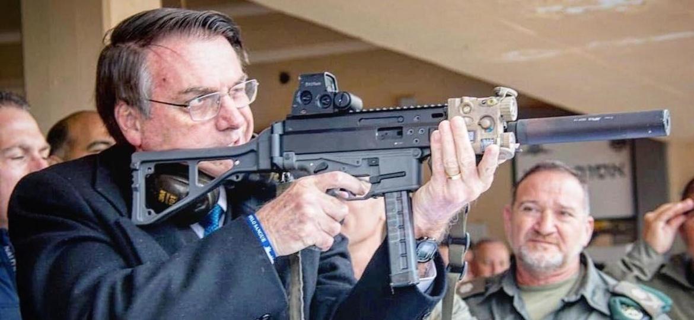 O presidente Jair Bolsonaro (sem partido) publica foto com arma - Reprodução/Instagram