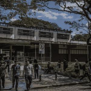 Estudantes em frente à entrada do prédio da Escola Politécnica da USP em São Paulo  - Bruno Santos/Folhapress - Bruno Santos/Folhapress
