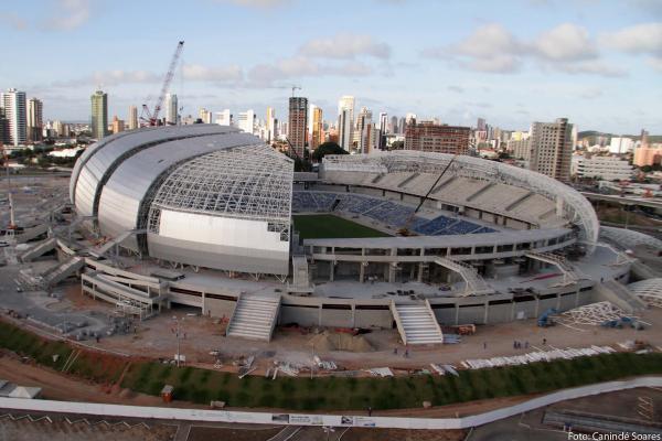 Pétalas da cobertura da arena estão sendo revestidas por telhas metálicas