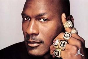 Michael Jordan posa com seus seis anéis da NBA.