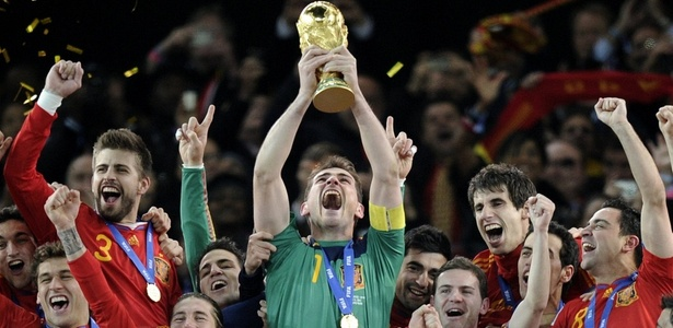 Casillas levanta a taça em 2010 - Martin Meissner / AP Photo