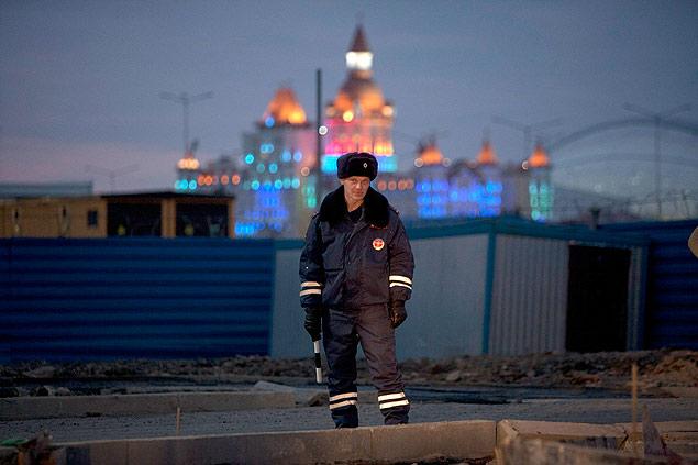 Policial russo patrulha avenida próxima ao Parque Olímpico de Sochi - Kazbek Basayev/Reuters