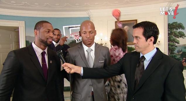 Ao fundo, LeBron James segura a tabela de basquete para a enterrada da Primeira Dama - Rprodução: Let's Move - YouTube